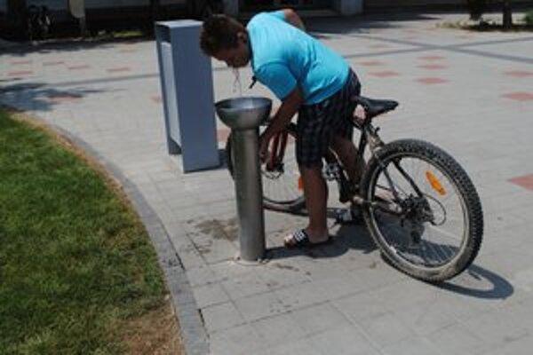 Len minulosť. Voda v pitných fontánkach na južnom námestí zatiaľ netečie.