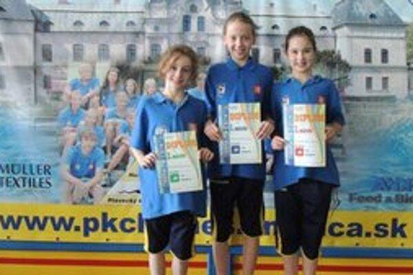 Plavecké talenty. Zľava Nina Vološinová, Lenka Melničáková a Sarah Čajbíková.