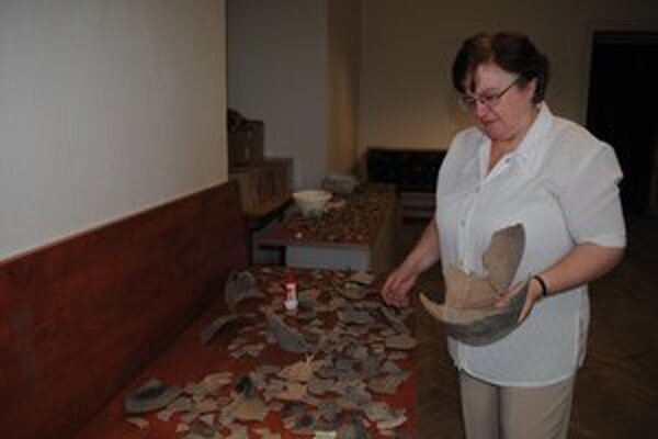 Úlomky keramiky. Sú ich tisíce. Treba ich skladať ako puzzle.