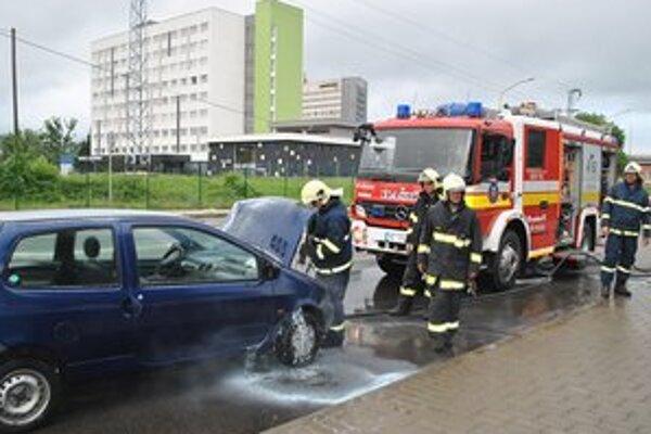 Auto začalo horieť na jednej za najrušnejších križovatiek v Humennom.