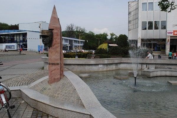 Štefánik na námestí. Od roku 1934 stála na námestí na podstavci socha Štefánika. Na oplotení bol nápis: Bohatierovi svojemu venuje mesto Humenné. V roku 1952 ju strhli. Na námestie sa vrátila len Štefánikova hlava.