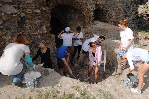 Desiatka dobrovoľníkov pochádza zo siedmich krajín. Na Brekovskom hrade pomáha pri archeologickom výskume na hornom nádvorí.