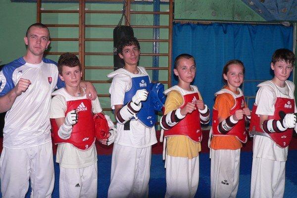 Sninčania. Zľava tréner Tomáš Potocký a zverenci Michal Matiko a Samuel Kukura.