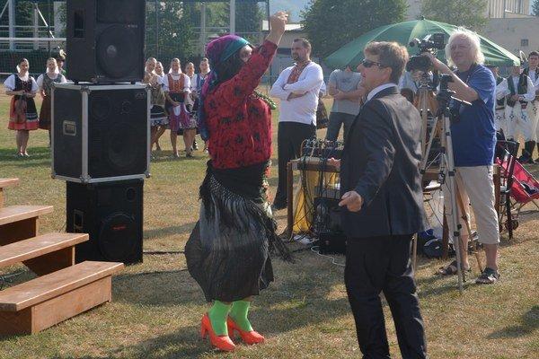 Araňa pozvala do tanca starostu obce Jána Katkovčina.