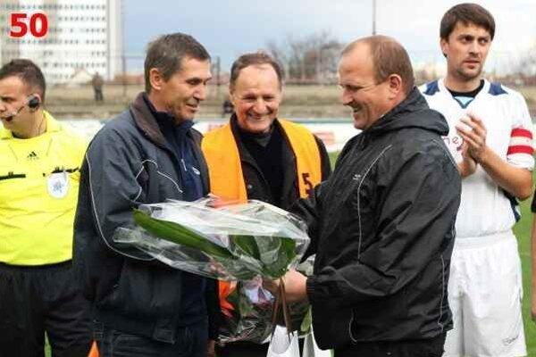 Oslávenci. Zľava Jaroslav Varchola, Andrej Tongeľ a Martin Friga  (manažér ŠK Futura Humenné). Úplne vpravo humenský kapitán Martin Hreško.
