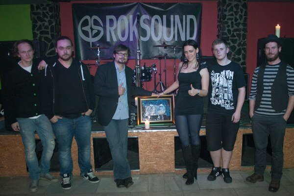 Album na zrkadle. Takto ho kapele Roksound uviedli do života Andrea Rimová a Pavol Fecík.