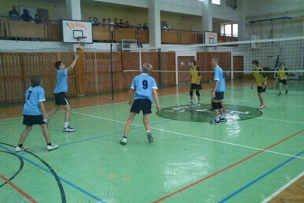 Deviatacky Midicool volley. Zápas ZŠ SNP 1 Humenné (v modrom) – ZŠ Komenského Snina.