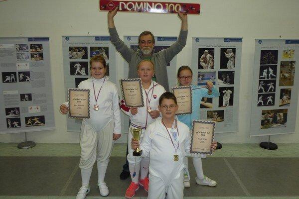 """Sninskí """"mini"""" šermiari. Zľava Mária Gerbová, Tomáš Petro, Matej Kohút a Tamara Kohútová. Nad nimi spokojný  tréner Dalibor Kazík."""