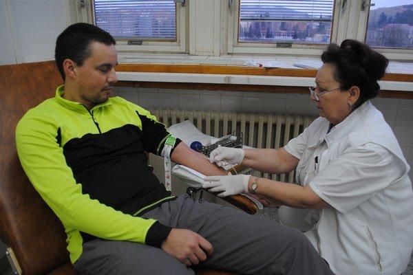 foto: HUKO_kvapkakrvi_foto1_joVzácny darca. Pán Vladimír z Medzilaboriec je jedným z troch percent populácie, ktorý má zriedkavú krvnú skupinu AB negat. Krv daroval už 34-krát, po prvý raz v roku 1996.