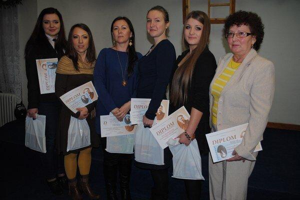 Víťazky. Kristína Jurková (zľava), Zuzana Švecová, Iveta Buraľová, Alexandra Varcholová, Eva Horkuličová a Mária Lajtárová. Na snímke chýba Lucia Taňkošová.