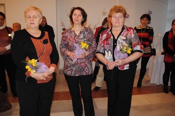 Valéria Hnatová (zľava), Jana Melníková a Marta SmolkováVystavujú ručné práce.
