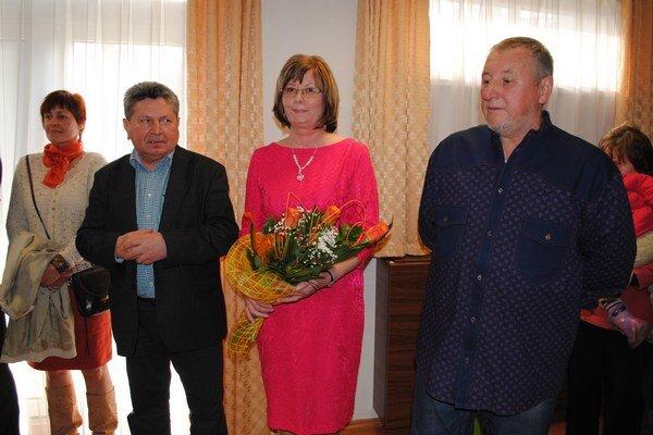 Anna Šimkuličová na vernisáži s Andrejom Smolákom (vľavo) a Emilom Semancom. V pozadí Eva Goľová.