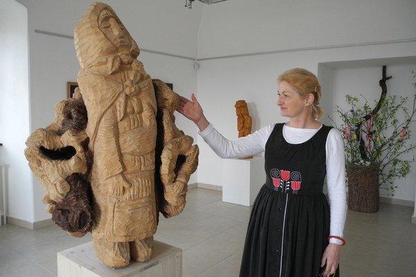 Daniela Kapráľová. Kurátorka výstavy s plastikou Andreja Gavulu.