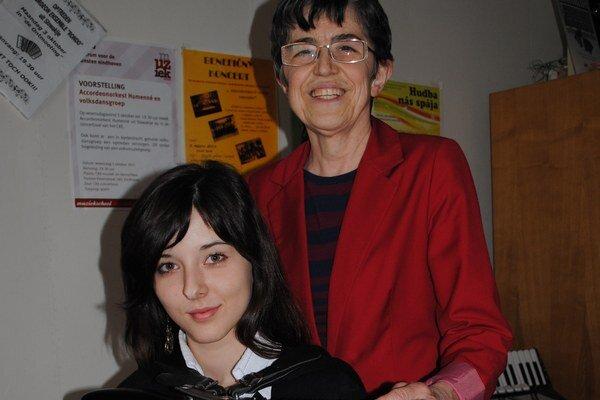 Úspešný tandem. Učiteľka Jana Nemčíková a žiačka Monika Trembuľáková.