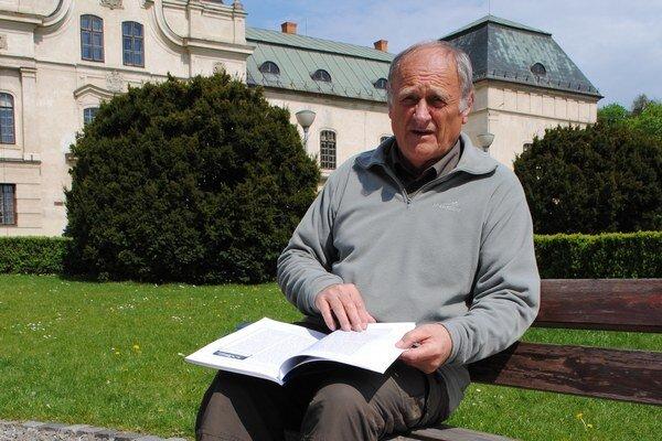 Michal Kirschner s knihou Arnošta Guldana o histórii turistického značkovania u nás.