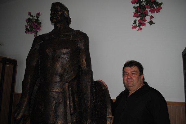 Starosta Habury Mikuláš Juščík pri epoxidovom prototype sochy kniežaťa Laborca.