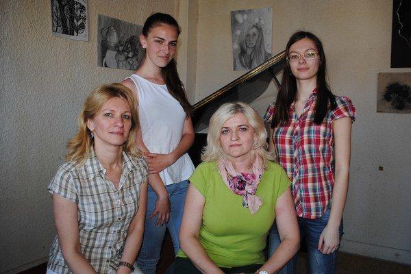 Učiteľky a šikovné žiačky. Mária Berešová (zľava), Jana Dobrančinová, Otília Otavková a Daniela Pittnerová.