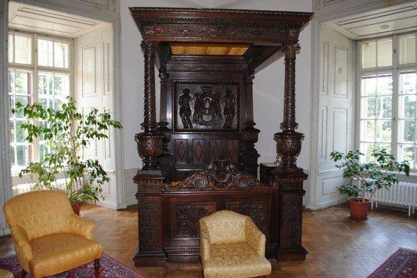 Baldachýnová posteľ. Zosnímajú ju priamo na mieste v historickej expozícii kaštieľa.