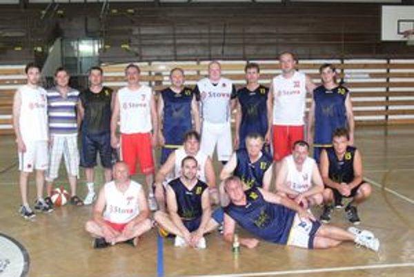 Pivné kvasinky. Humenskí basketbaloví veteráni v modrých dresoch.