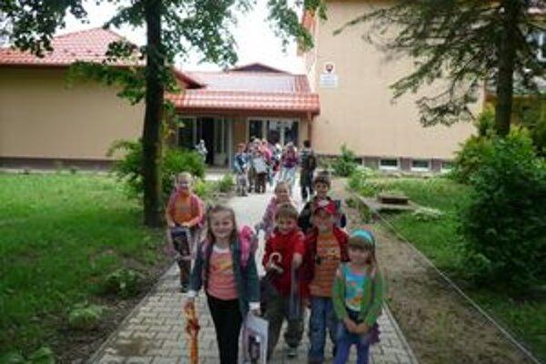 Základná škola v Koškovciach. Predtým bežná vidiecka škola sa zmenila na nepoznanie zvonku aj zvnútra.