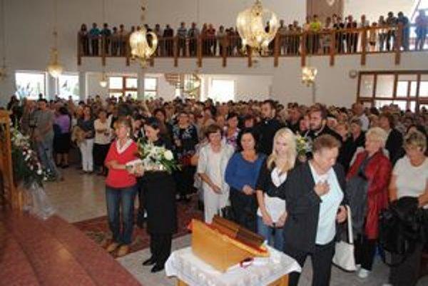 Preplnený chrám. Na stretnutie so sýrskou vizionárkou prišli stovky veriacich.