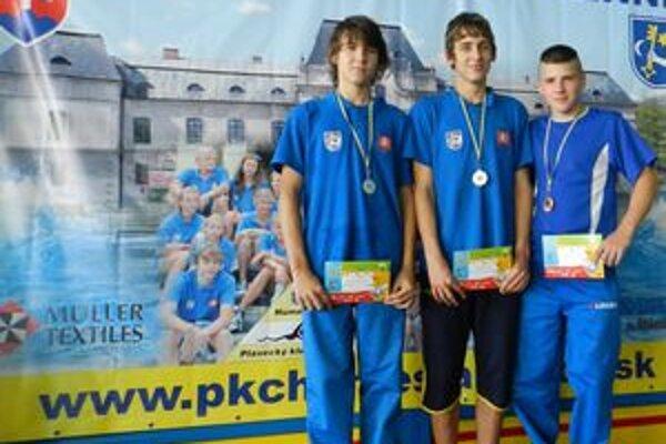 Medailové trio. Najlepší starší žiaci. Zľava Matej Micikáš, Filip Levický a Tibor Hodbod.