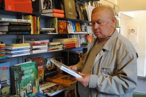 V kníhkupectve. Júliusa Šuhajdu nájdete medzi knihami.