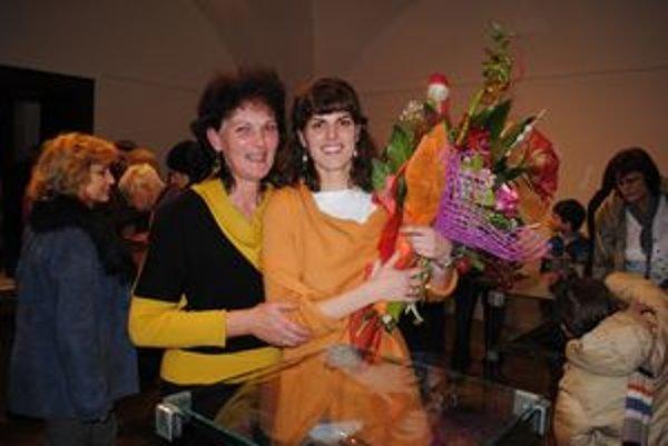 Na vernisáži. Silvia Bartová s mamou.