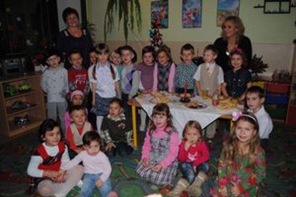 Vianočná besiedka. Deťom ju bude pripomínať spoločné foto pod stromčekom.