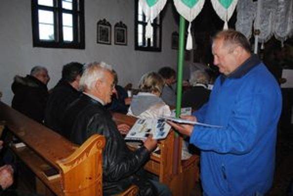Po liturgii. Jaroslav Zelinka odovzdal účastníkom zájazdu pamätný list.