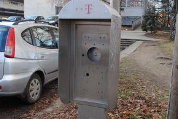 Zmizli. Po telefónnych búdkach zostali na pešej zóne len vyvýšené miesta.