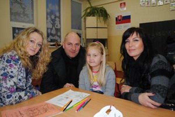 Zarka Gajdošová sa teší na písanie a čítanie. Rodičia Gajdošovci s dcéru Zarkou a učiteľkou Renátou Vatahovou.