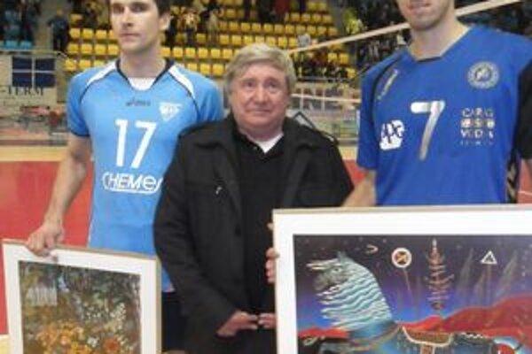 Najlepší s obrazmi. Zľava Marczin Krys (libero ŠK Chemes), Stanislav Rehúš (predseda Správnej rady VK Chemes Humenné) a Tomáš Kriško (smečiar VKP).