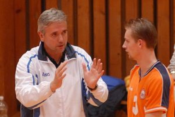 Rastislav Chudík (vľavo) sa na východ v úlohe trénera vracia po piatich rokoch. Po Prešove bude viesť aj volejbalistov Humenného, opäť sa stretne na jednej lavičke s Milanom Javorčíkom (vpravo).