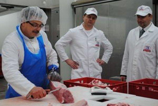 Nová výroba. Na spracovanie mäsa dohliada výrobný riaditeľ František Štefan (vľavo) a riaditeľ Althanu Richard Gavaľa.