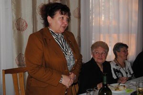 Predsednícky stôl. Navyšší počet hlasov vo voľbách získala prezidentka Spoločnosti Dana Salanciová.