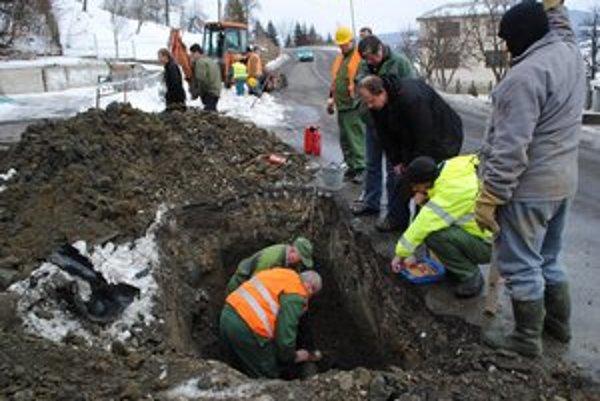 Miesto nešťastia. Kým popálenú čašníčku ošetrujú špecialisti, plynári kontrolujú plynovod.
