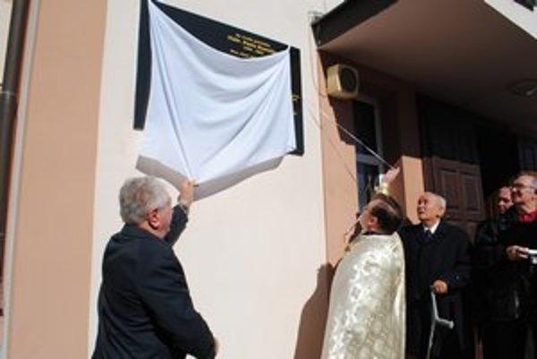 Odhalenie pamätnej tabule. Anton Srholec (vľavo) a správca farnosti Ján Frandofer.