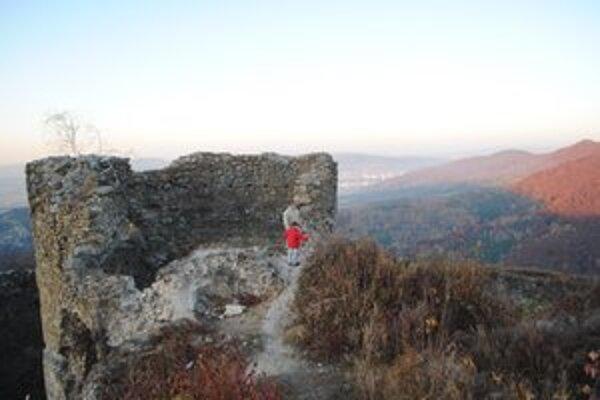 História. Pri obnove hradov Brekov a Jasenov pomôžu aj nezamestnaní.
