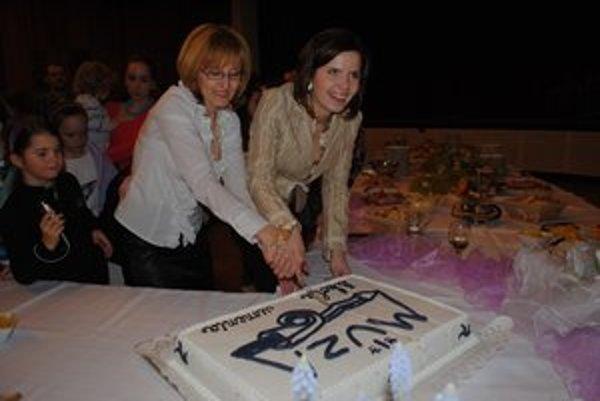 Obrovská torta. Rozkrojili ju Nadežda Havriľáková (vľavo) a Zuzana Dirbáková.