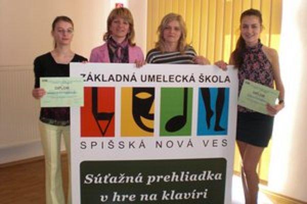 Na krajskej súťaži. Zľava Daniela Pittnerová, učiteľky Mária Berešová a Jana Dobrančinová, Otília Otavková.
