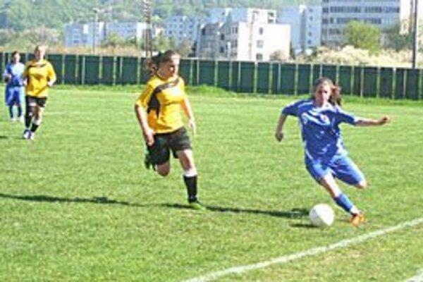 Proti Šali neuspeli. Na snímke zo zápasu vpravo Humenčanka Krajňáková.