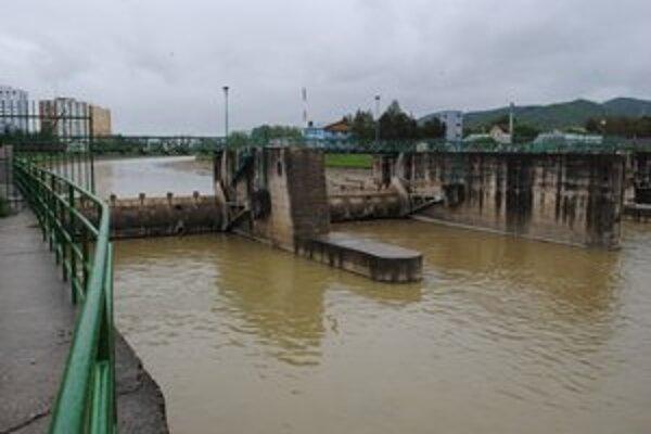 Laborec v Humennom. Ani po intenzívnom daždi sa koryto rieky nenaplnilo.