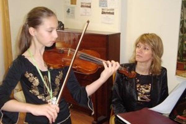 Pred prvým kolom. Andrea Astrabová s učiteľkou Máriou Berešovou.