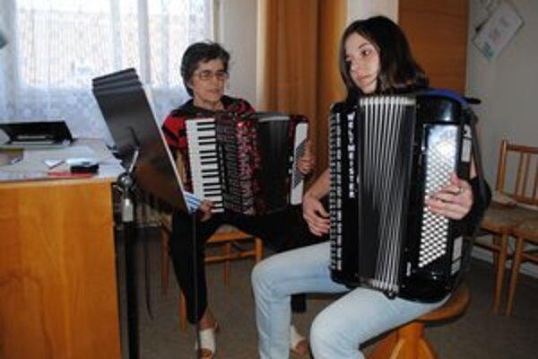 Učiteľka a žiačka. Jana Nemčíková a Monika Trembuľáková na hodine.