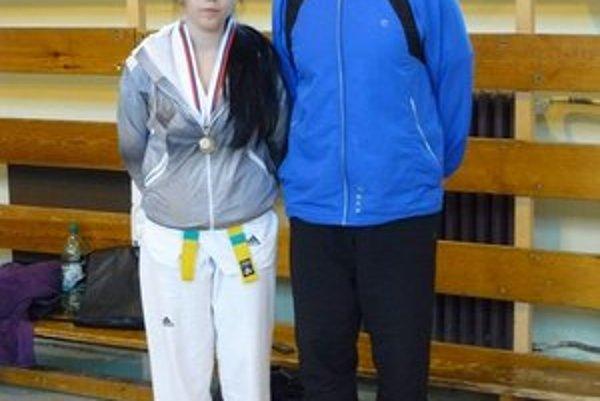 Medailistka a tréner. Barbora Hodorová a Ondrej Chalčák.