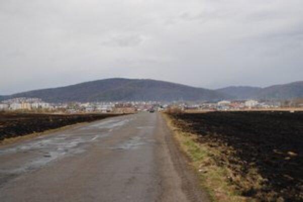 V okolí osady Podskalka je vypaľovanie trávy časté.