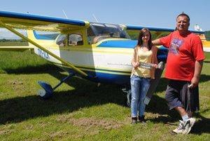 Alžbeta Mesarošová a Arnošt Foff ochotne zapózovali pred dopravným lietadlom.