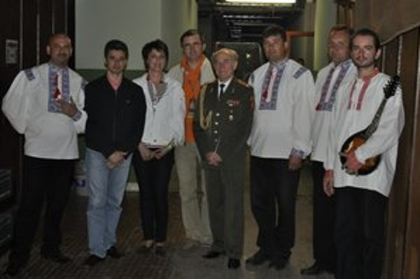 S hostiteľmi. J. Dzurjak, (zľava), M. Surgent, L. Fedič, I. Rajevsky, dirigent Alexandrovovcov, M. Maruševsky, veliteľ súboru, M. Lancošová a V. Varchola.
