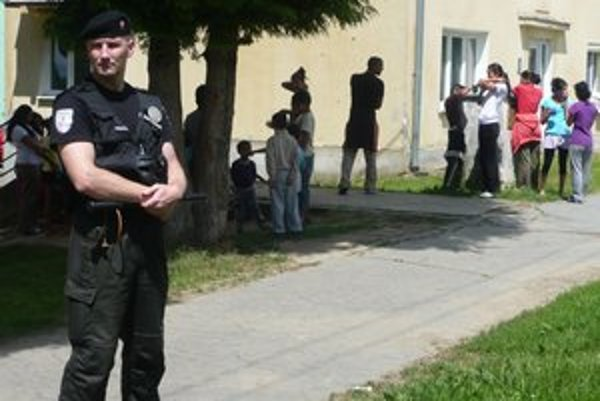 Napätie. Po tom, ako sa Rómovia zo sídliska pustili do policajtov, polícia pritvrdila.